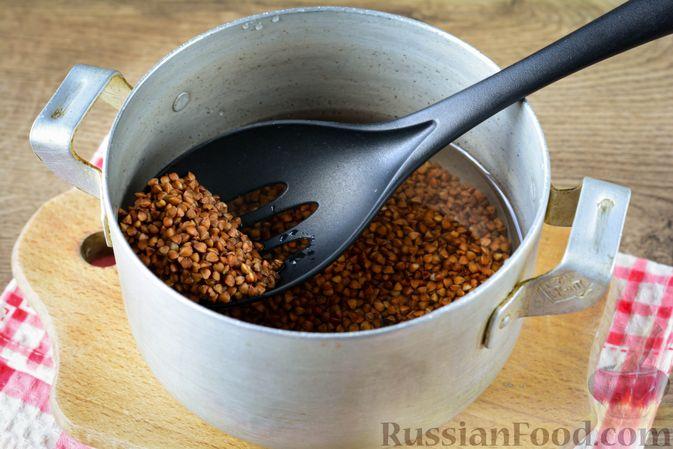 Фото приготовления рецепта: Гречка с кабачком и морковью - шаг №2