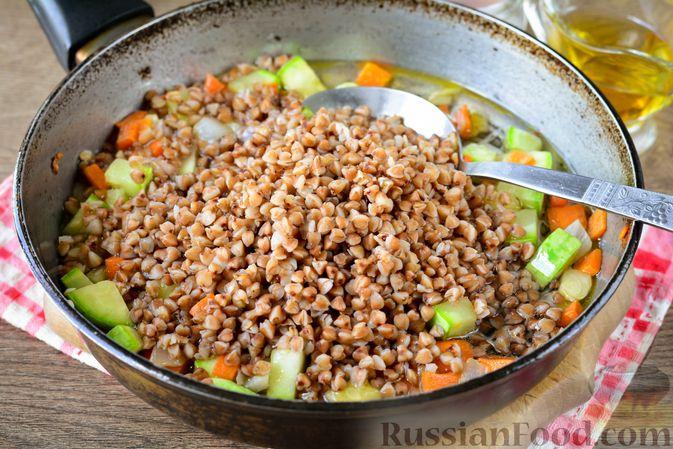 Фото приготовления рецепта: Гречка с кабачком и морковью - шаг №7