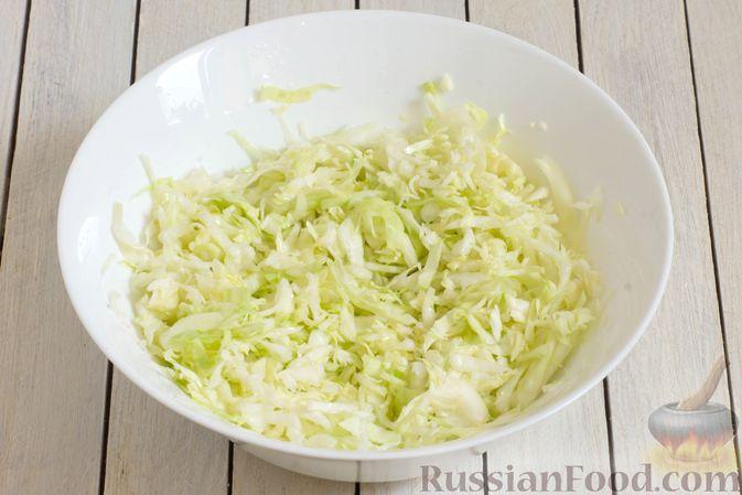 Фото приготовления рецепта: Салат из капусты с консервированной фасолью и морковью - шаг №2