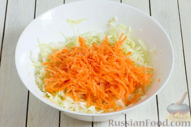 Фото приготовления рецепта: Салат из капусты с консервированной фасолью и морковью - шаг №3