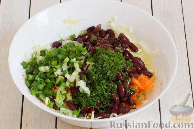 Фото приготовления рецепта: Салат из капусты с консервированной фасолью и морковью - шаг №5