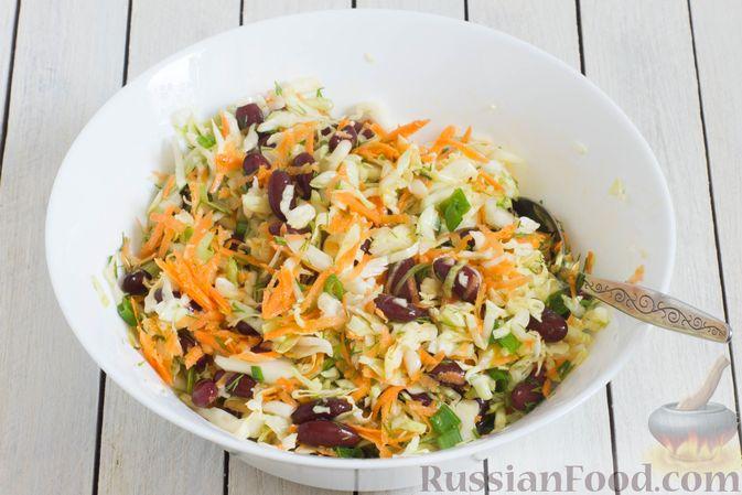 Фото приготовления рецепта: Салат из капусты с консервированной фасолью и морковью - шаг №6