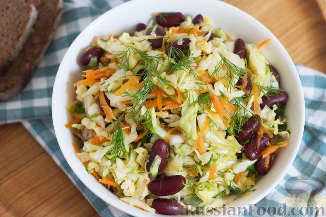 Фото приготовления рецепта: Салат из капусты с консервированной фасолью и морковью - шаг №7
