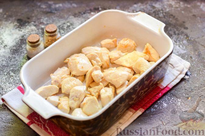 Фото приготовления рецепта: Куриное филе, запечённое с фасолью и овощами, в томатном соусе - шаг №4