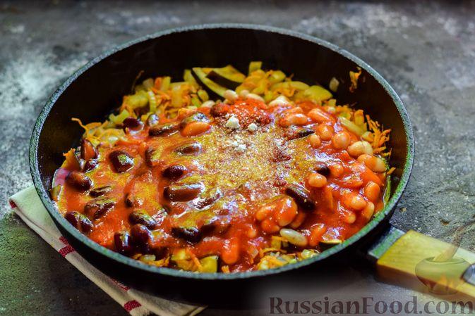Фото приготовления рецепта: Куриное филе, запечённое с фасолью и овощами, в томатном соусе - шаг №10