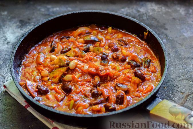 Фото приготовления рецепта: Куриное филе, запечённое с фасолью и овощами, в томатном соусе - шаг №11