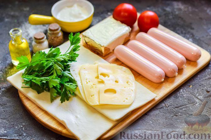 """Фото приготовления рецепта: Плетёные """"хот-доги"""" из слоёного теста, с плавленым сыром и помидорами - шаг №1"""