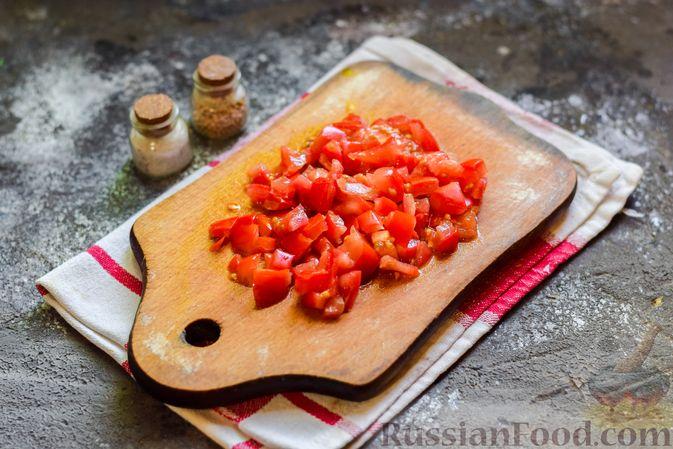 """Фото приготовления рецепта: Плетёные """"хот-доги"""" из слоёного теста, с плавленым сыром и помидорами - шаг №2"""