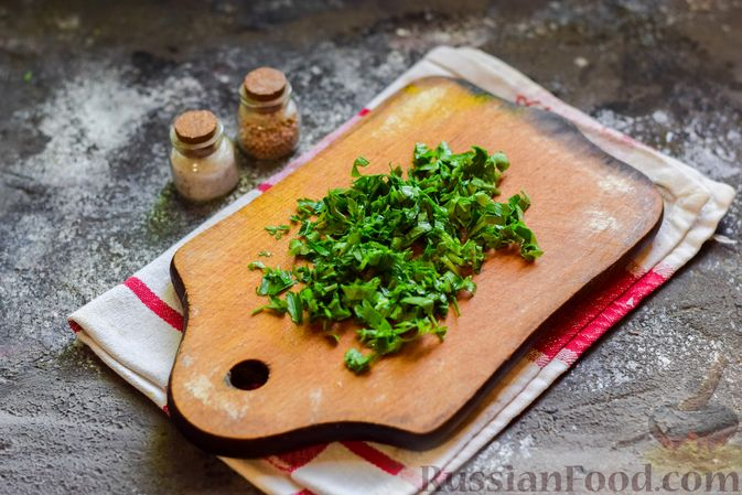 """Фото приготовления рецепта: Плетёные """"хот-доги"""" из слоёного теста, с плавленым сыром и помидорами - шаг №3"""