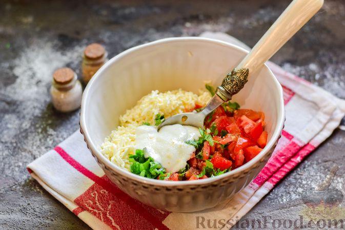 """Фото приготовления рецепта: Плетёные """"хот-доги"""" из слоёного теста, с плавленым сыром и помидорами - шаг №5"""