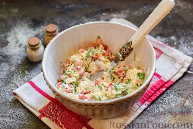 """Фото приготовления рецепта: Плетёные """"хот-доги"""" из слоёного теста, с плавленым сыром и помидорами - шаг №6"""