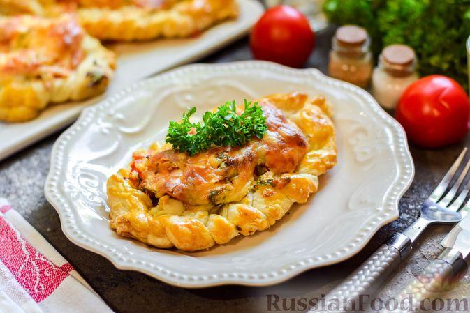 """Фото приготовления рецепта: Плетёные """"хот-доги"""" из слоёного теста, с плавленым сыром и помидорами - шаг №13"""