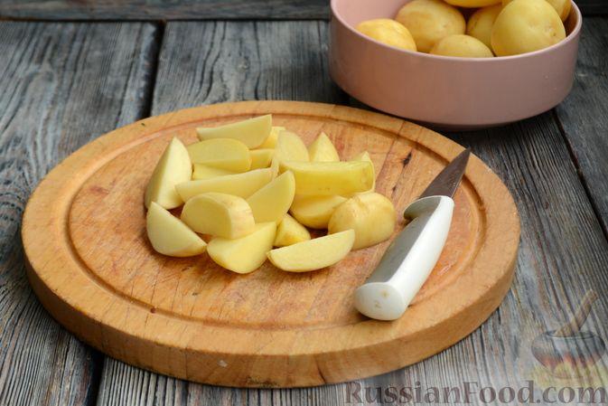 Фото приготовления рецепта: Жареная молодая картошка с фетой, сладким перцем и луком-пореем - шаг №2