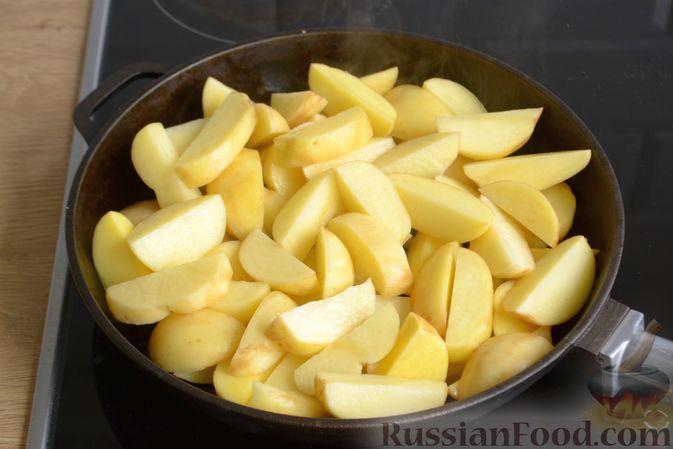 Фото приготовления рецепта: Жареная молодая картошка с фетой, сладким перцем и луком-пореем - шаг №3