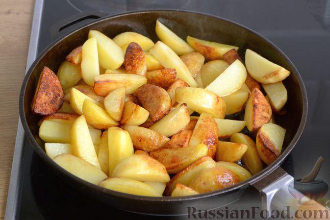 Фото приготовления рецепта: Жареная молодая картошка с фетой, сладким перцем и луком-пореем - шаг №6
