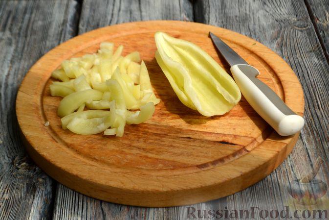 Фото приготовления рецепта: Жареная молодая картошка с фетой, сладким перцем и луком-пореем - шаг №4
