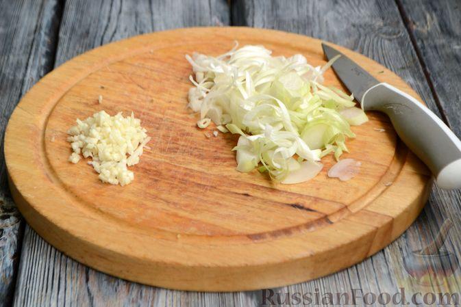 Фото приготовления рецепта: Жареная молодая картошка с фетой, сладким перцем и луком-пореем - шаг №5