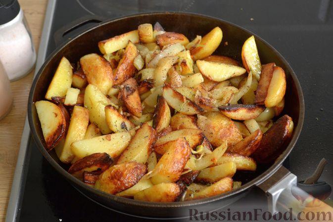 Фото приготовления рецепта: Жареная молодая картошка с фетой, сладким перцем и луком-пореем - шаг №9