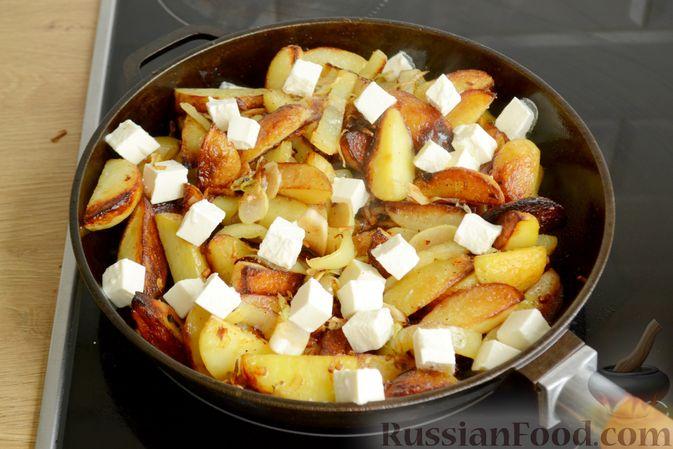 Фото приготовления рецепта: Жареная молодая картошка с фетой, сладким перцем и луком-пореем - шаг №10