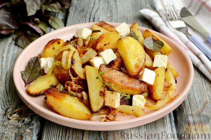 Фото приготовления рецепта: Жареная молодая картошка с фетой, сладким перцем и луком-пореем - шаг №11