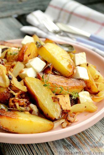 Фото приготовления рецепта: Жареная молодая картошка с фетой, сладким перцем и луком-пореем - шаг №12