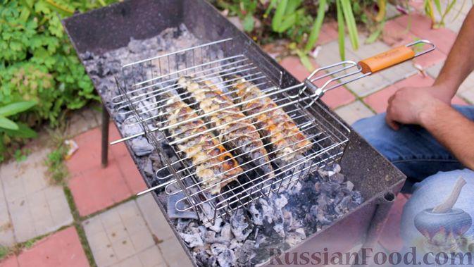 Фото приготовления рецепта: Скумбрия в чесночно-лимонном маринаде, на мангале - шаг №11