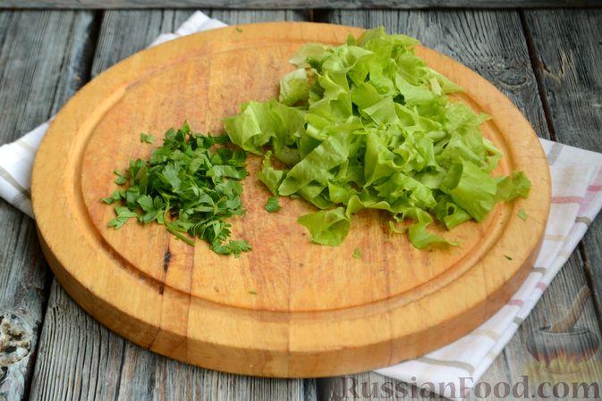 Фото приготовления рецепта: Салат с тунцом, болгарским перцем, огурцом и кукурузой - шаг №2