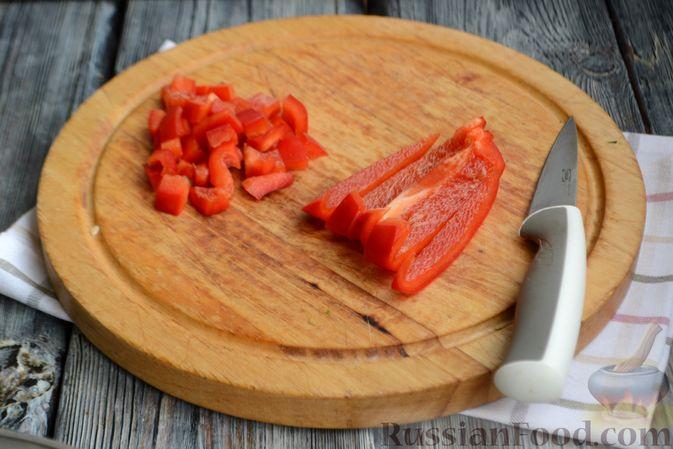 Фото приготовления рецепта: Салат с тунцом, болгарским перцем, огурцом и кукурузой - шаг №4