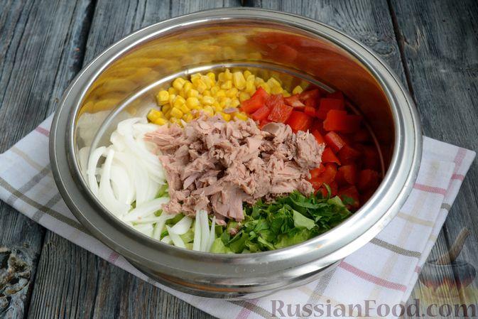 Фото приготовления рецепта: Салат с тунцом, болгарским перцем, огурцом и кукурузой - шаг №5