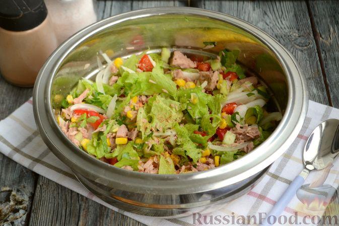 Фото приготовления рецепта: Салат с тунцом, болгарским перцем, огурцом и кукурузой - шаг №6