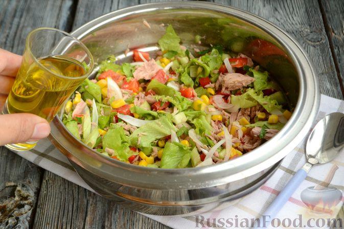 Фото приготовления рецепта: Салат с тунцом, болгарским перцем, огурцом и кукурузой - шаг №7