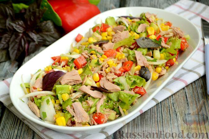 Фото приготовления рецепта: Салат с тунцом, болгарским перцем, огурцом и кукурузой - шаг №8