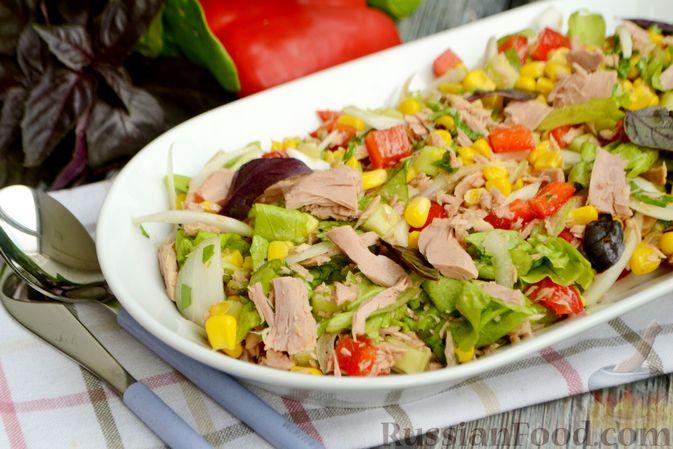 Фото приготовления рецепта: Салат с тунцом, болгарским перцем, огурцом и кукурузой - шаг №9