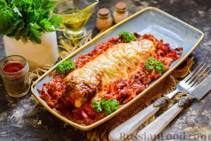 Фото к рецепту: Хек, запечённый с помидорами и луком, под соусом бешамель (в рукаве)