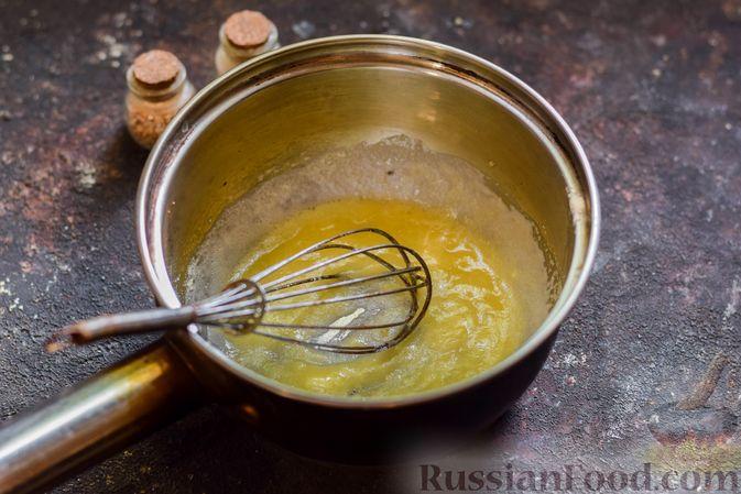 Фото приготовления рецепта: Хек, запечённый с помидорами и луком, под соусом бешамель (в рукаве) - шаг №3