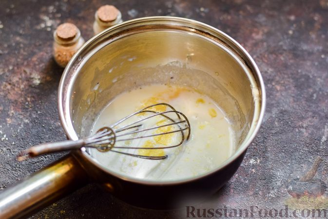 Фото приготовления рецепта: Хек, запечённый с помидорами и луком, под соусом бешамель (в рукаве) - шаг №4
