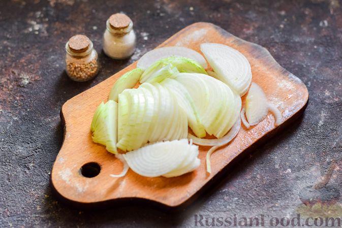 Фото приготовления рецепта: Хек, запечённый с помидорами и луком, под соусом бешамель (в рукаве) - шаг №6