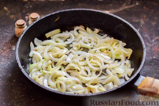Фото приготовления рецепта: Хек, запечённый с помидорами и луком, под соусом бешамель (в рукаве) - шаг №7