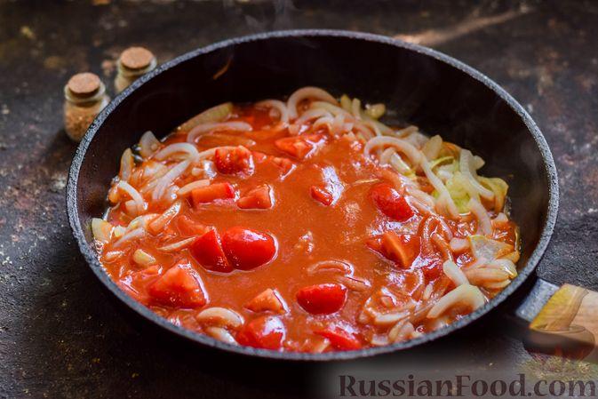 Фото приготовления рецепта: Хек, запечённый с помидорами и луком, под соусом бешамель (в рукаве) - шаг №8