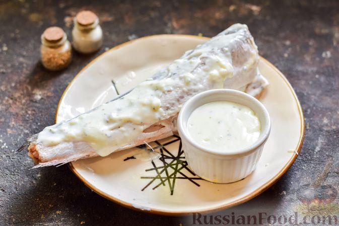 Фото приготовления рецепта: Хек, запечённый с помидорами и луком, под соусом бешамель (в рукаве) - шаг №10