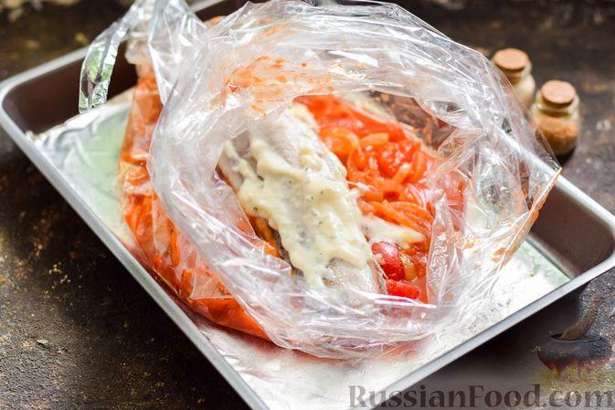 Фото приготовления рецепта: Хек, запечённый с помидорами и луком, под соусом бешамель (в рукаве) - шаг №12