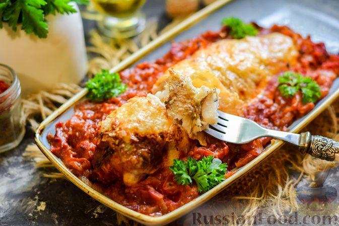 Фото приготовления рецепта: Хек, запечённый с помидорами и луком, под соусом бешамель (в рукаве) - шаг №20