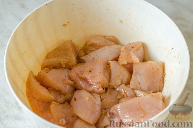 Фото приготовления рецепта: Шашлык из курицы с грибами и овощами (в духовке) - шаг №4