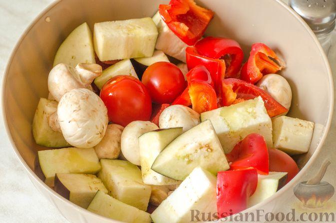 Фото приготовления рецепта: Шашлык из курицы с грибами и овощами (в духовке) - шаг №7