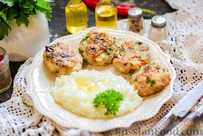 Фото к рецепту: Рыбные биточки с мятой, петрушкой и перцем чили