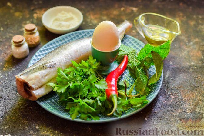 Фото приготовления рецепта: Рыбные биточки с мятой, петрушкой и перцем чили - шаг №1