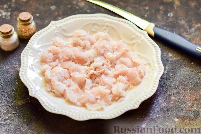 Фото приготовления рецепта: Рыбные биточки с мятой, петрушкой и перцем чили - шаг №2