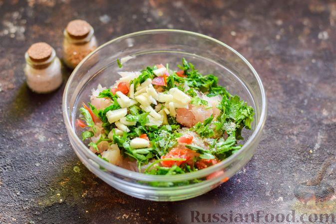 Фото приготовления рецепта: Рыбные биточки с мятой, петрушкой и перцем чили - шаг №4