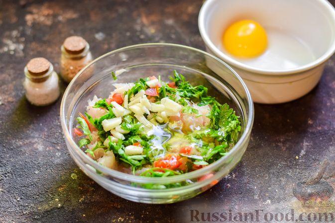 Фото приготовления рецепта: Рыбные биточки с мятой, петрушкой и перцем чили - шаг №5