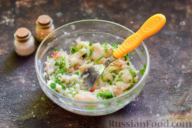 Фото приготовления рецепта: Рыбные биточки с мятой, петрушкой и перцем чили - шаг №7